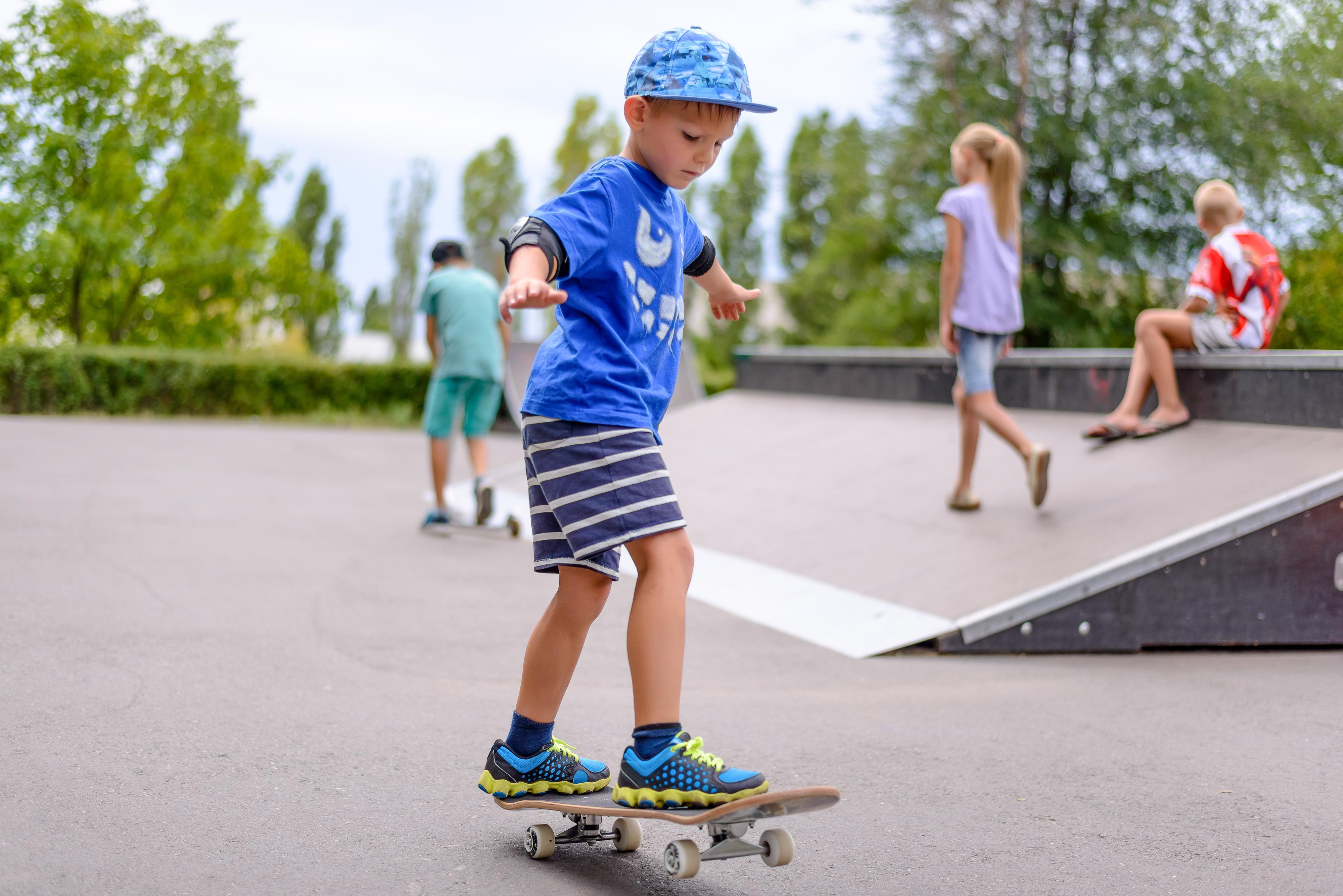 Erste Übung auf dem Skateboard
