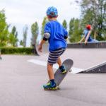 Gleichgewichtsübung auf dem Skateboard